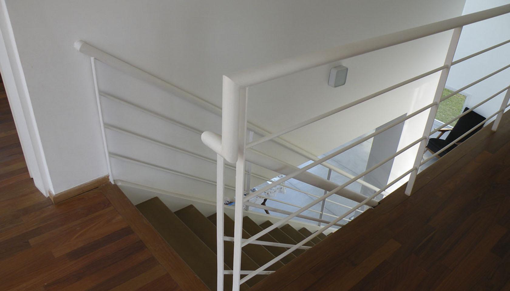 pisos de madera en casas, barandas modernas, interiores cálidos