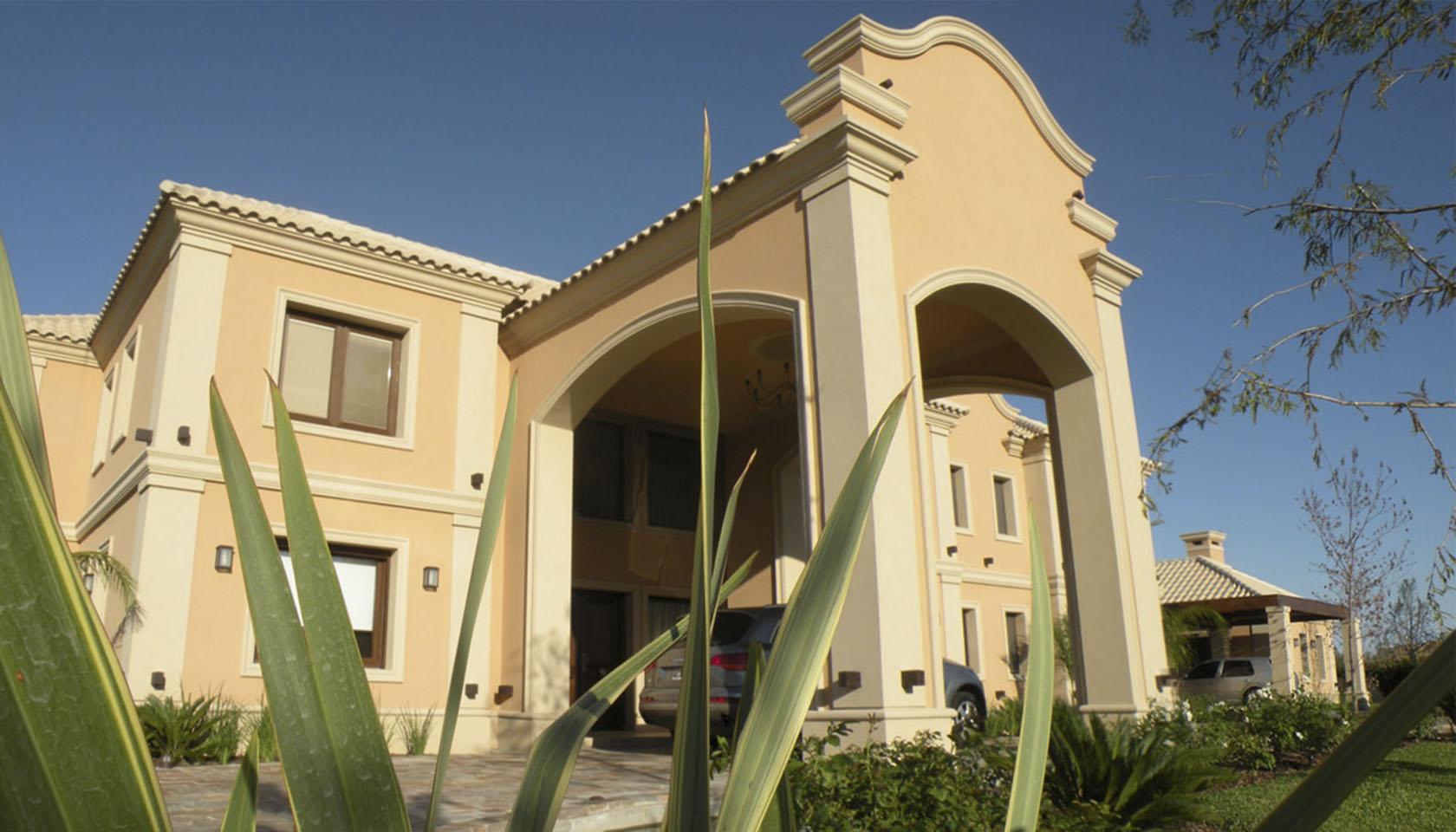 casas con ornamentos, fachadas con carpinterías de madera, diseño de ingresos semicubiertos