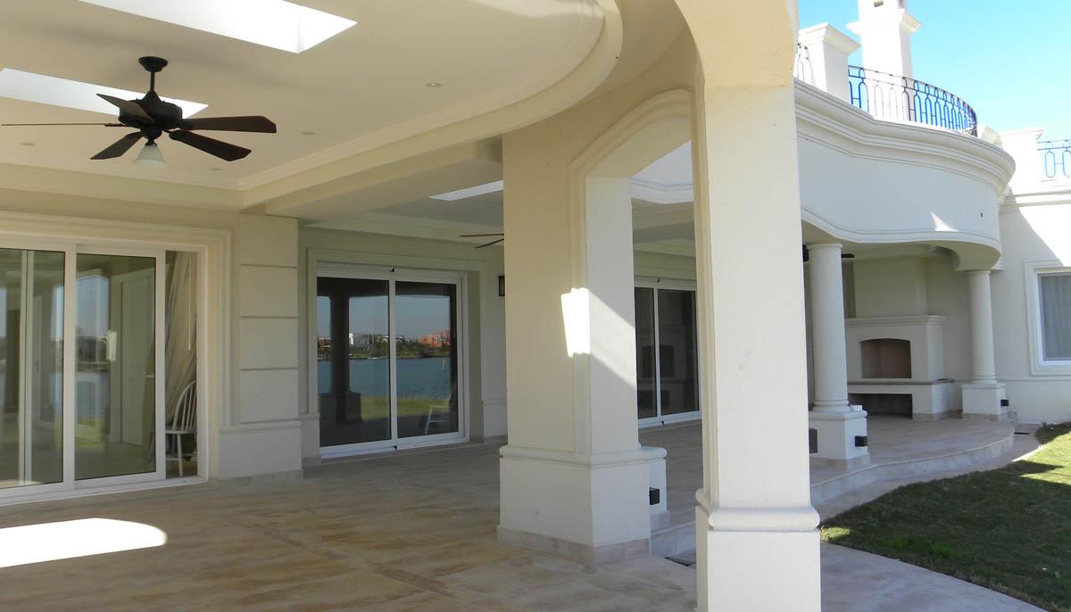 galerías neoclásicas, fachadas blancas