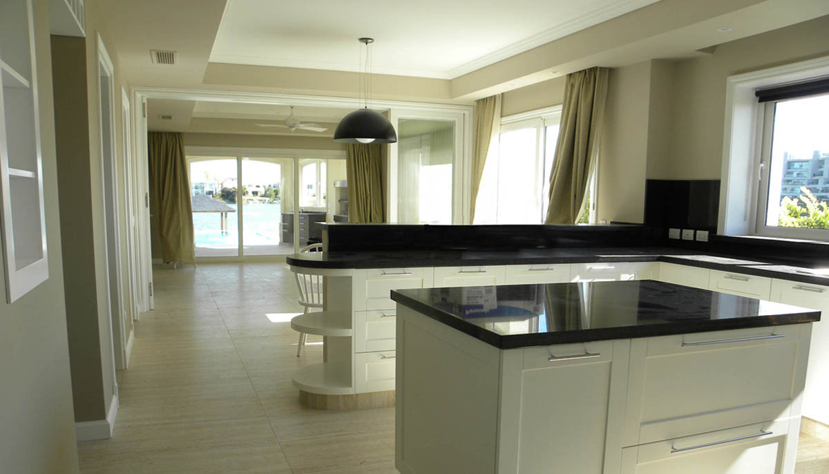 interiores de cocinas iluminados, mármol negro en cocina, cocinas con isla
