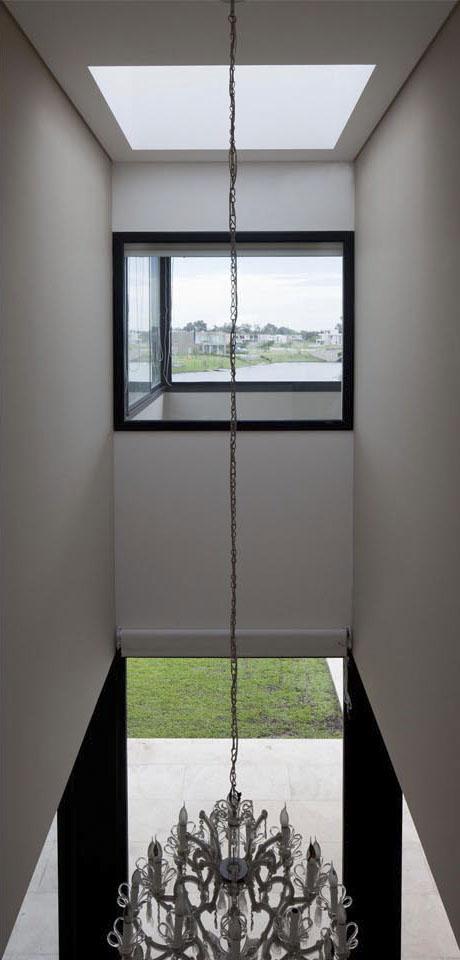 hall de casa en doble altura, diseño de iluminación