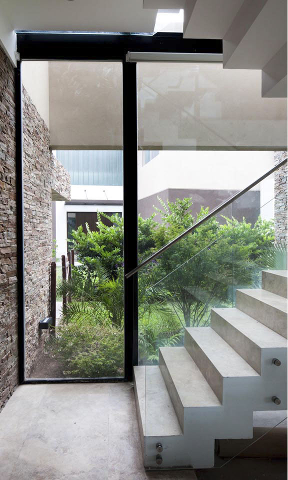 jardines interiores, escaleras contemporáneas, barandas en vidrio