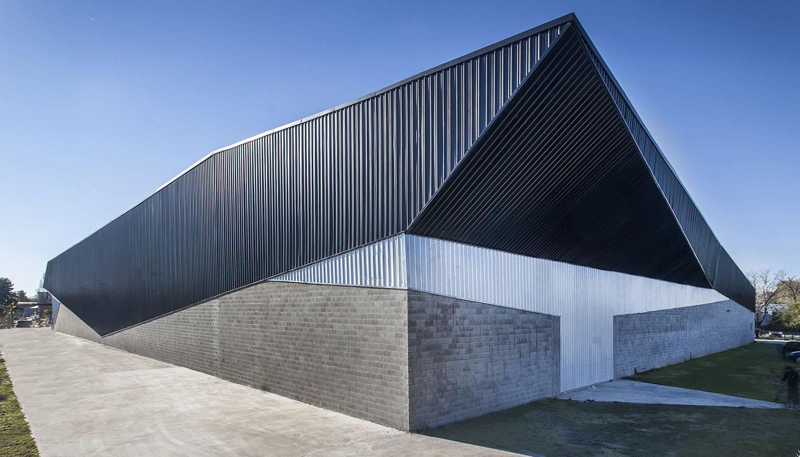 Foto frente fabrica, arquitectura contemporánea industrial, cubierta de chapa, plegado , fabrica contemporánea.