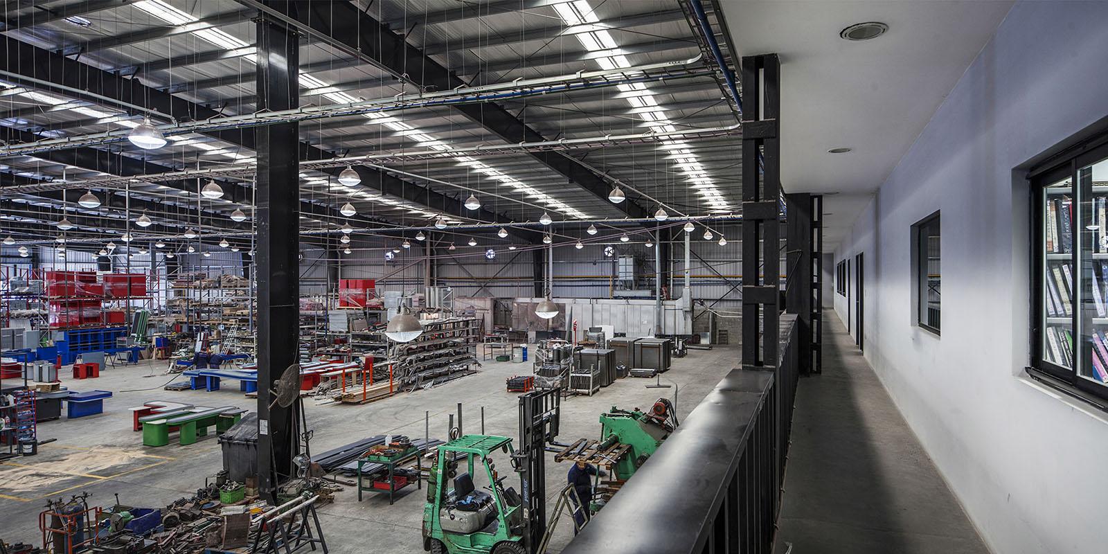 foto interior zona oficinas y producción, arquitectura en acero, estructura metálica