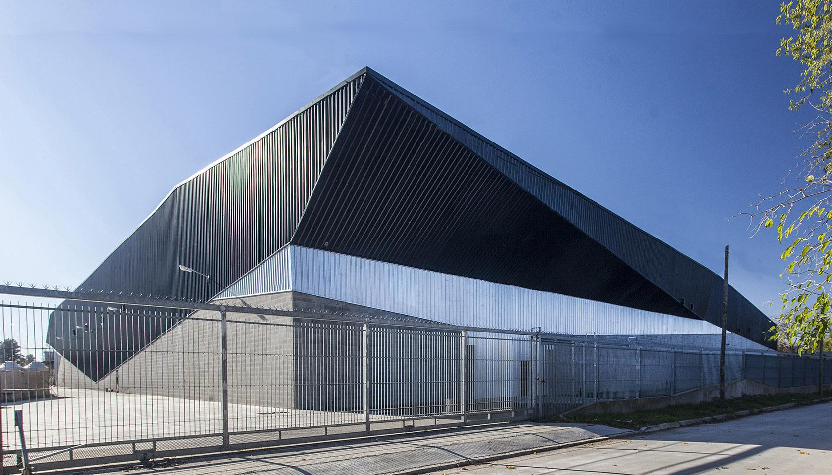 Foto de fachada de frente, fachada metálica, revestimiento moderno, fachada de hormigón, plegado de hormigón, arquitectura industrial contemporánea, plegado en acero