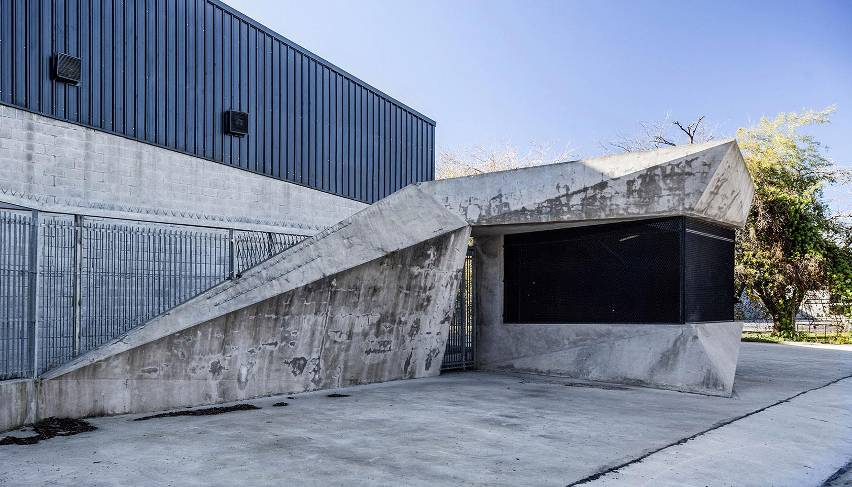 Foto detalle de ingreso peatonal, plegado de hormigón, arquitectura industrial contemporánea, plegado en acero