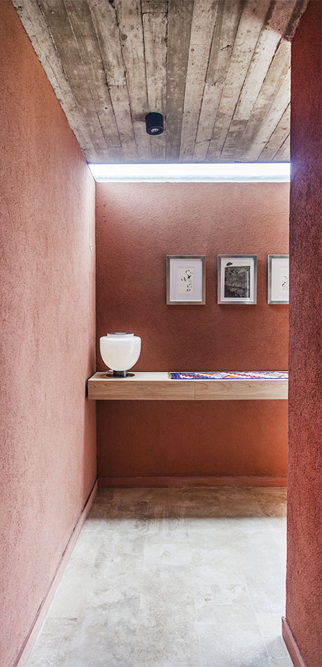 halles con colores cálidos, diseño de interior en casas, lucarnas en hall de casa