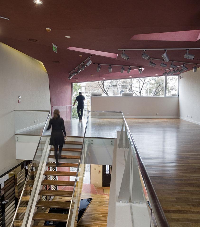 Barandas contemporáneas en locales, barandas vidriadas, diseño de interiores con madera acero y vidrio