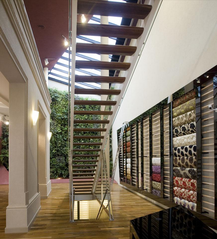 Escaleras de madera, acero y vidrio, escaleras modernas, diseño de aparadores en locales