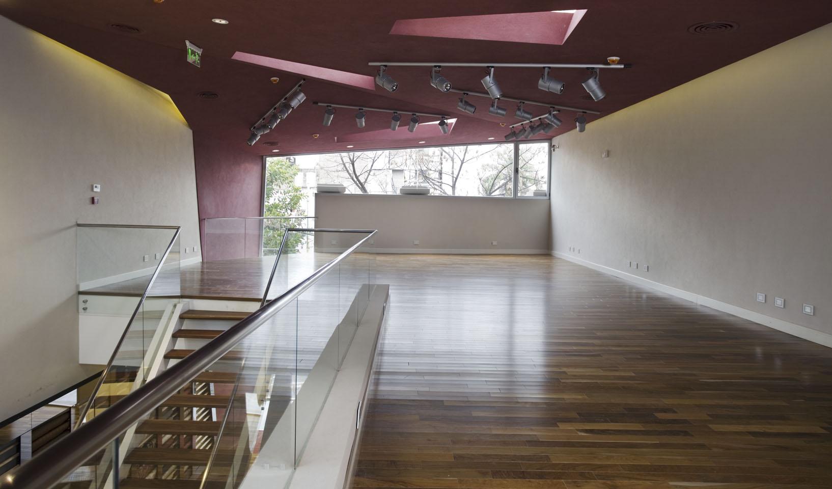 Diseño de espacios modernos para locales, locales con pisos de madera